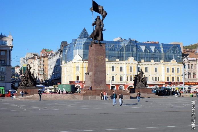 Центральная площадь и статуя борцам за советскую власть