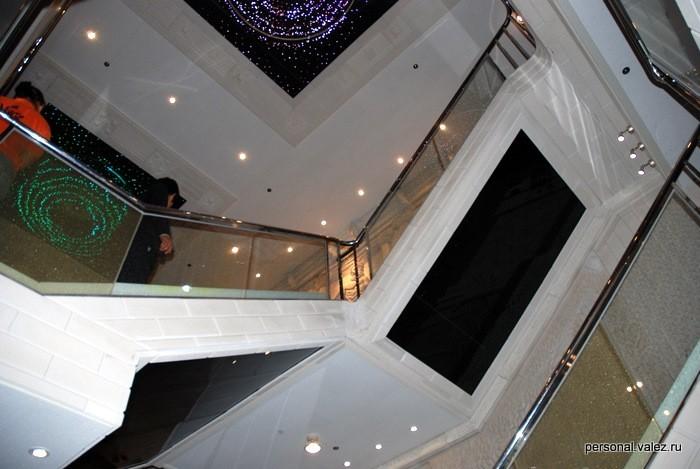 Люстры у лестницы