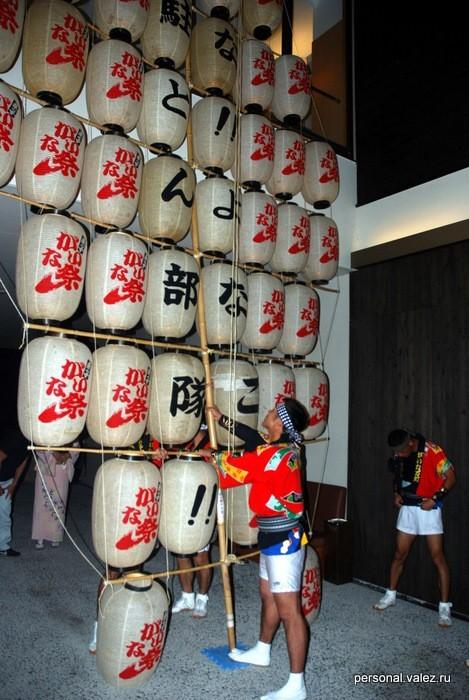 Стеллаж с фонарями из бамбука