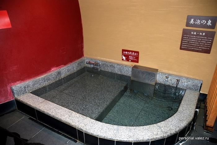 Ванна с холодной водой, тут вода заполняется из водопровода, как видно по краникам