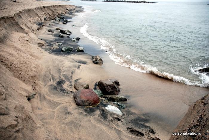 Берег песочный, камни только для красоты