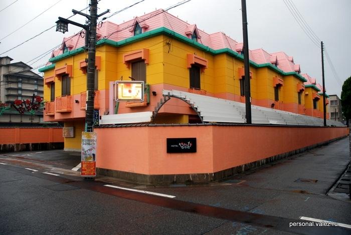 Это тоже отель, огромный разноцветный отель
