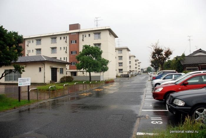 Вероятно типа наших пятиэтажек, опять же внимание на парковку