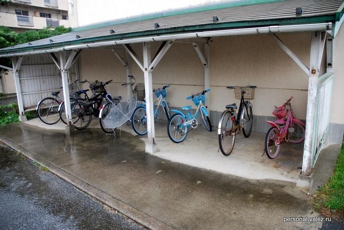 Парковка для велосипедов. Не видел еще ни одного нашего, красивого и дорогого, все ржавые очень старые. Быть может чтобы хранить на улице вот так. Нормальный размер квартиры - 6 татами габаритами 1м на 1.5 м