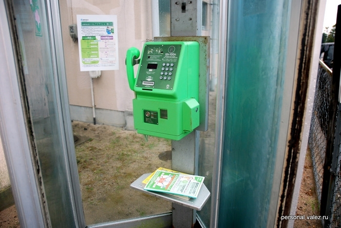Вот такой телефон на улице, купить контракт можно только на два года, если докажешь, что эти 2 года будешь в Японии. Можно звонить через карты IP телефонии