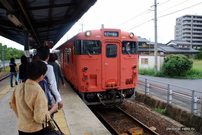 Электричка прибывает, в ней два вагона, поезд может ехать без разворотов как в одну сторону, так и в другую, как трамвай.