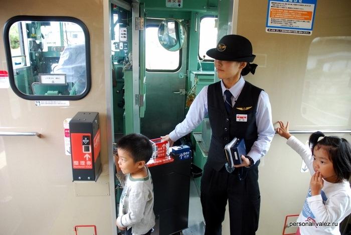 Помимо машиниста в поезде контроллер, которая открывает двери, принимает билеты