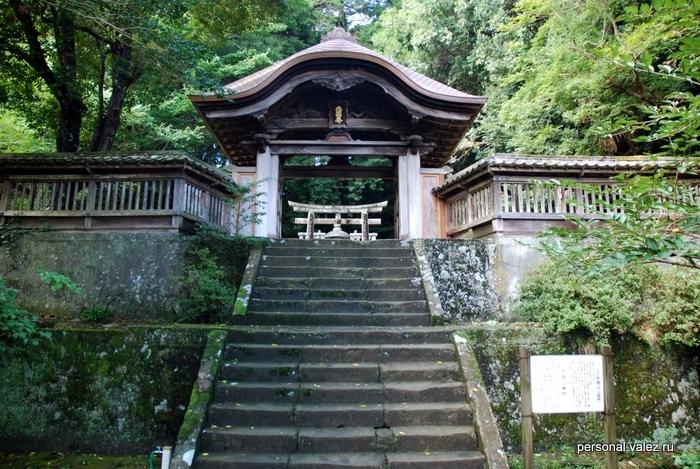 Каждая часть храма не возвышении, к нему ведет лестница и встречают резные ворота