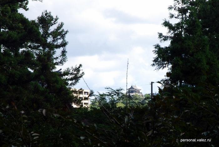 Далеко вдали, за кронами деревьев, при очень большом приближении виден храм Мацуэ (который посетим через несколько дней)