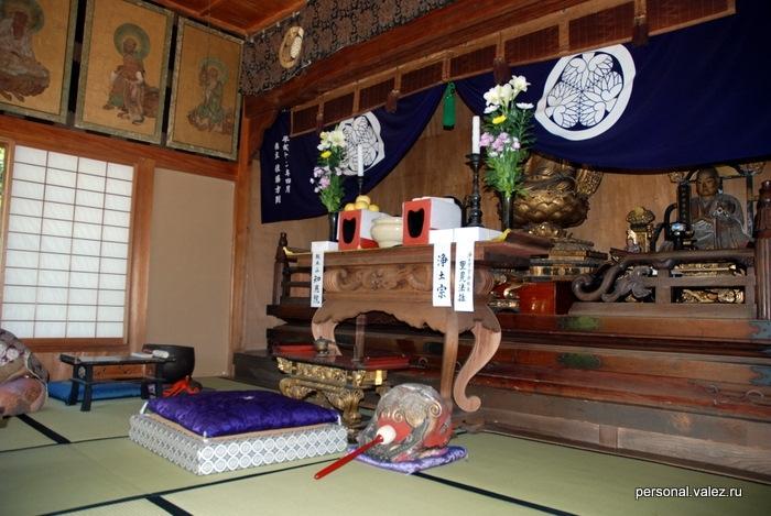 Буддистский храм, подушка для невидимого, видимо, божества.