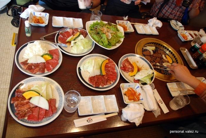 """Корейский обед в стиле """"жарь как хочешь"""". Мраморная говядина знаменитых коров с горы Дайсен, сами жарим на жаровне и едим."""