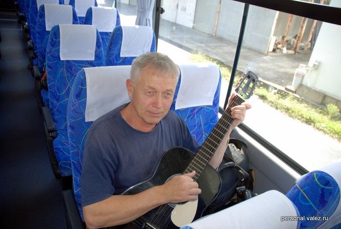 В автобусе с гитарой