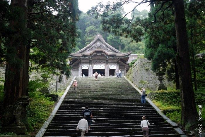 Храм Дайсэн-дзи находится на склоне горы Дайсэн – «Фудзиямы района Санъин». Был основан в 718 г., в последствии, став особым главным храмом школы Тэндай-сю