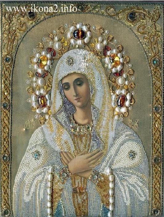 Издревле на Руси к писаным иконам мастерицы - умелицы вышивали богатые оклады.  Кто заморским бисером, а чаще...