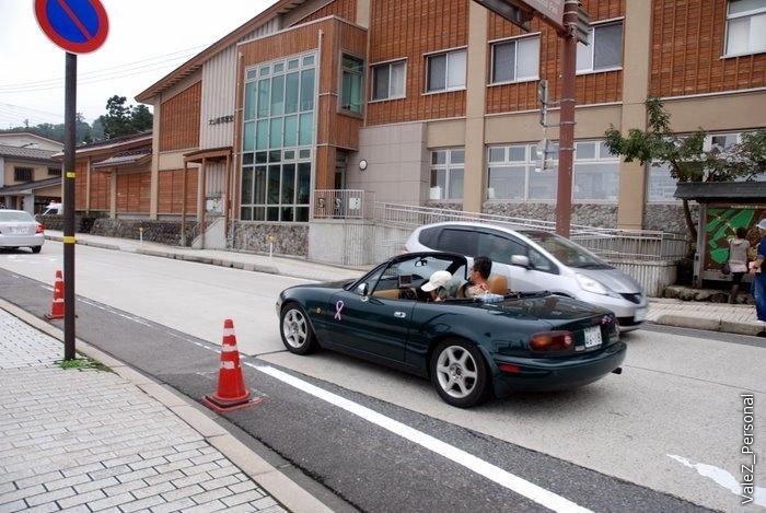 На дорогах Японии совсем не видно Инфинти, очень редки Лексусы, большая часть машин - супермалолитражки (до 1 литра) и совсем не новые (еще один миф, что японцы покупают только новые машины и через 2 года их выбрасывают в сторону России).