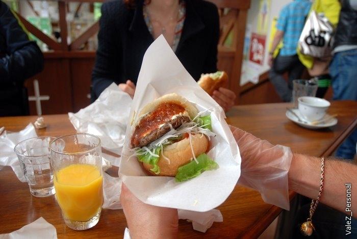 Вот такой бургер можно было собрать самому из ингредиентов, можно было хоть с тремя котлетами  в одном- мясной, куриной и рыбной