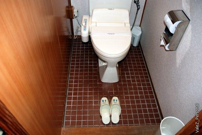 Отдельные тапочки для туалета, в номере ходим босиком