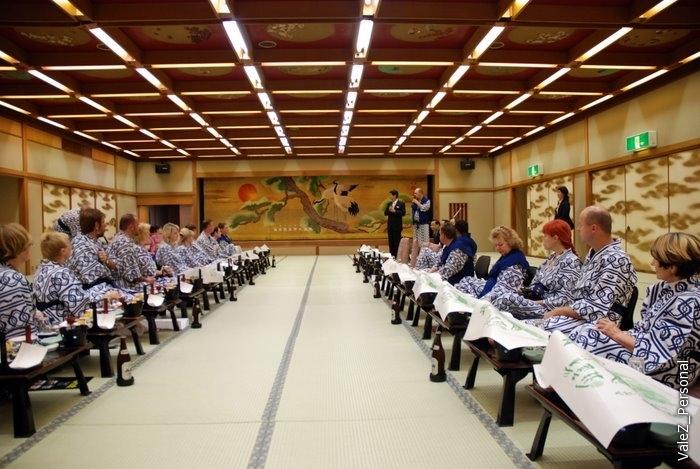 Огромный по японским меркам зал, где нам устроили ужин