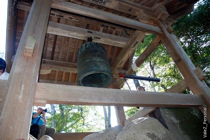 Двухтонный колокол, который как-то сотню лет назад затащили на эту высоту через ту же дорогу, невозможно представить как. Способ достучаться до небес со словами