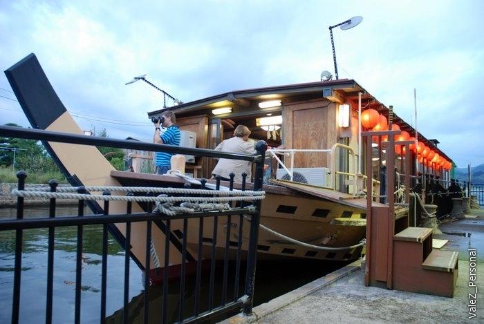 У отеля есть собственный кораблик, на котором гостей катают по озеру Того. Изначально планировали на нем провести обед или ужин, но не успели, поэтому просто покатались, попивая зеленый чай из пакетиков