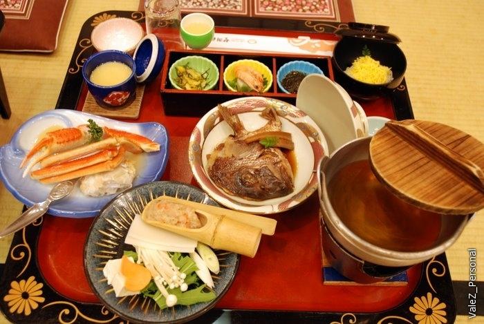 И ужин и завтрак содержит в себе бесчисленное количество блюд, которые постоянно приносят и приносят. Свежий краб - это нечто!