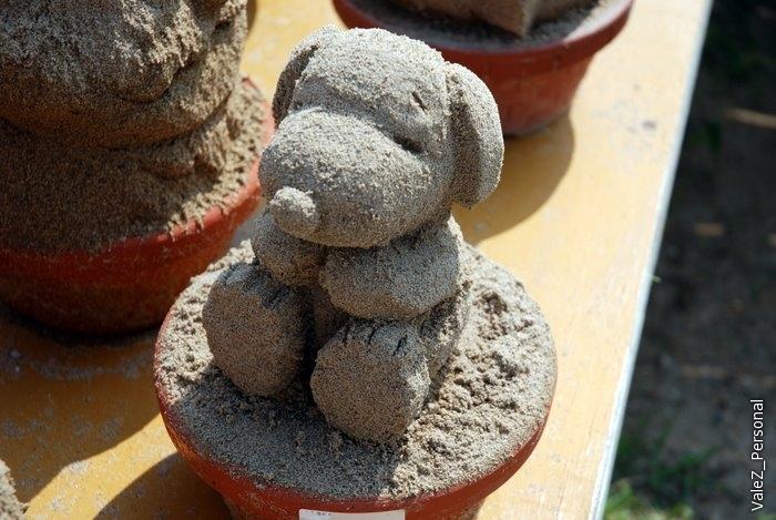 Рядом маленькие скульптуры, быть может остались после каких-то мастер-классов. Собачка Снуппи - очень популярна в Японии