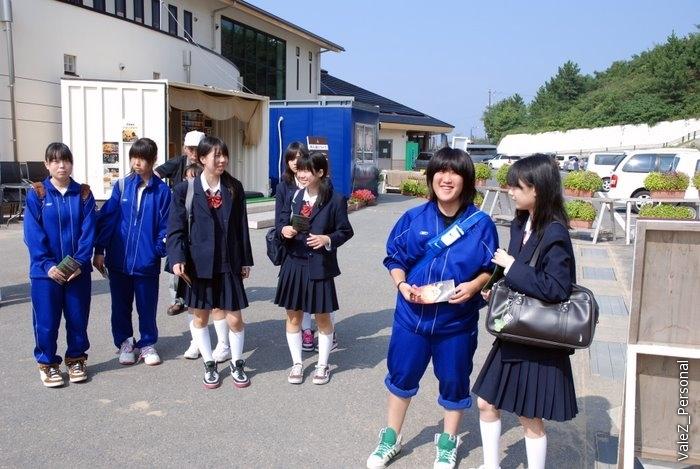 Японские школьницы не всегда такие, как в анимэ, бывают и вот такие. Юбки кстати у всех длинные, в школе можно только в таких, но они их подворачивают до той длины, что нам привычна, по дороге в школу и по дороге из школы