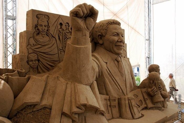 Эта скульптура дело рук русского скульптора, к сожалению не могу сейчас подсмотреть его имя и фамилию, допишу потом