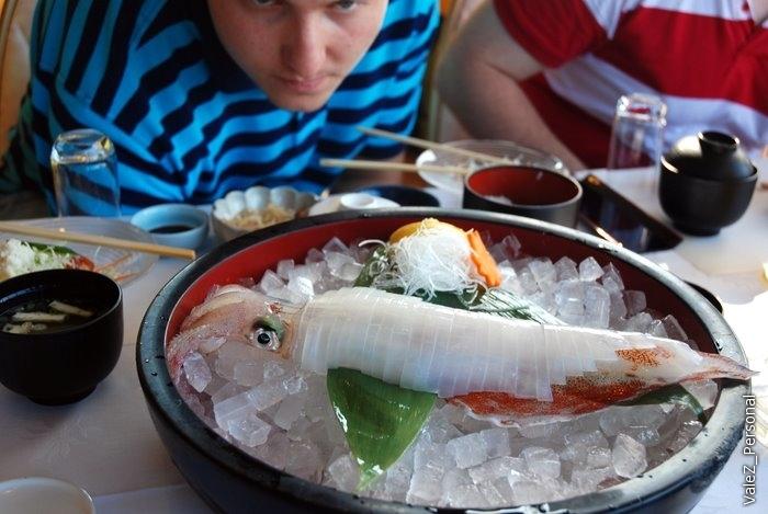 Принесли кальмара. На нем тоненькие полоски вкуснейшего сырого мяса. Кальмар как резина? Вы не ели кальмара!