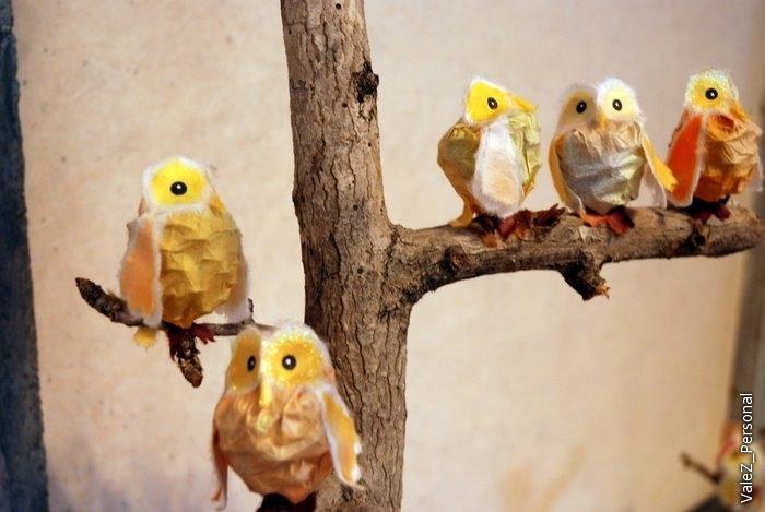 Птички из рваных кусочков бумаги, поэтому кажутся пушистыми