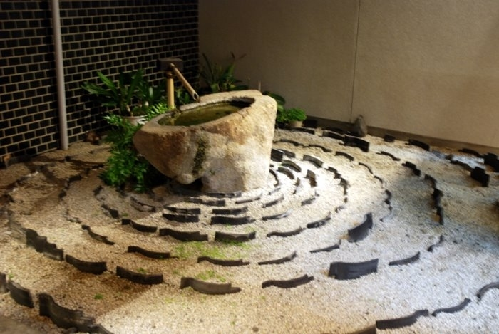 Уже знакомые и вам тоже японские мотивы камней и родника из бамбуковой трубки