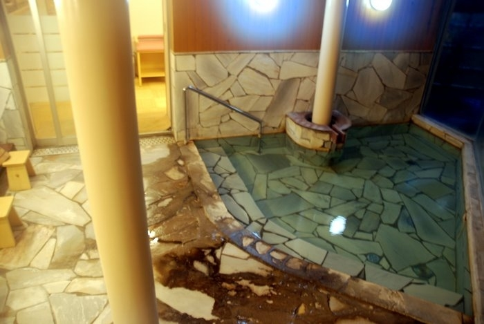 Горячий бассейн внутри здания, очень горячая вода, хочется на холодную улицу.