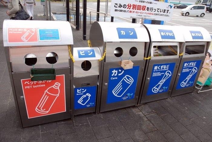 Мусора в Японии нет, его не видно, нигде не валяется и даже мусорка обычно одна на квартал-два и вот такая непростая. Выкидывая бутылку из под колы отдельно выбрасываем крышечку, а бутылку саму при возможности помыть и снять этикетку.