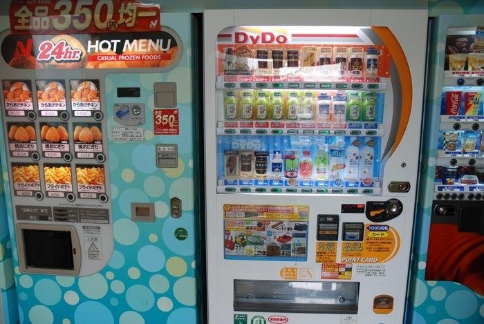 Автоматы с напитками в Японии - везде, это основной способ покупки где  угодно любых напитков по низкой цене