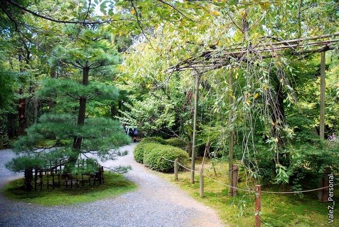 Важнейшая часть буддийско-синтоисткого храма это прекрасный сад, которым можно наслаждаться