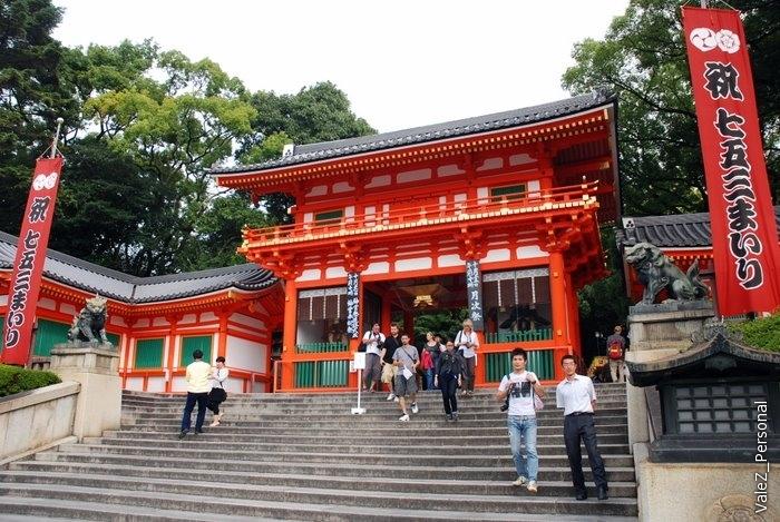 Вышли из храмового комплекса вслед за парадом, через очень красивые ворота