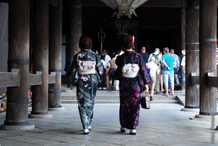 Мы еще под впечатлением от улицы гейш фотографируем всех женщин в кимоно.