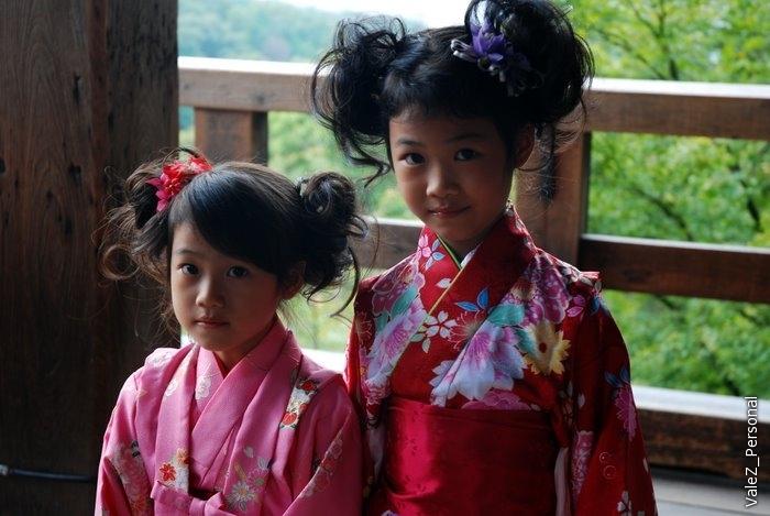 А вот японские девочки в кимоно