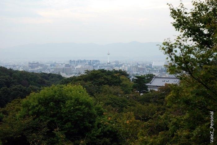 Храмы, как и положено, на горе, поэтому с неё видно весь современный Киото
