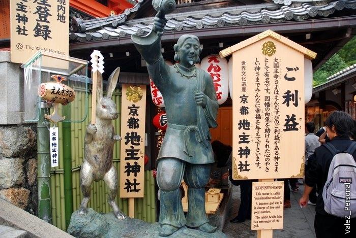 Белый заяц, символ Тоттори, и помогший ему не менее популярный тут персонаж Окунинуси-но, который еще и за любовь отвечает