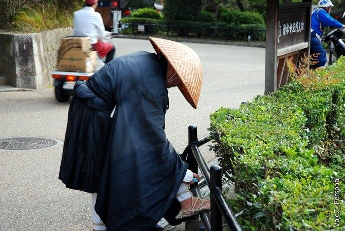 Монах, который до моего прихода просил милостыню. Долго ждал пока он обрабатывал свои ноги, не дождался, подошел, сунул монетку и пошел дальше