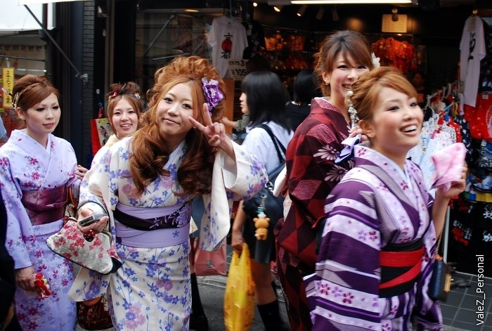 Японки в арендованных кимоно идут позировать очередным фотографам
