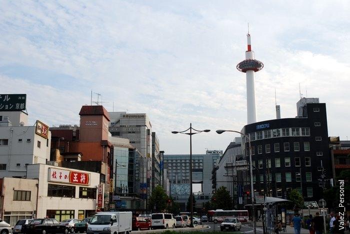 Киотская башня, рядом с ней - Вокзал Киото, к которому мы и направляемся