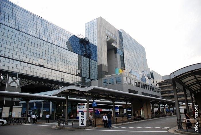 Вот она достопримечательность - футуристичный вокзал города Киото, построенный 10 лет назад. Это уже четвертое здание вокзала, построенное к 1200 летнему юбилею города.