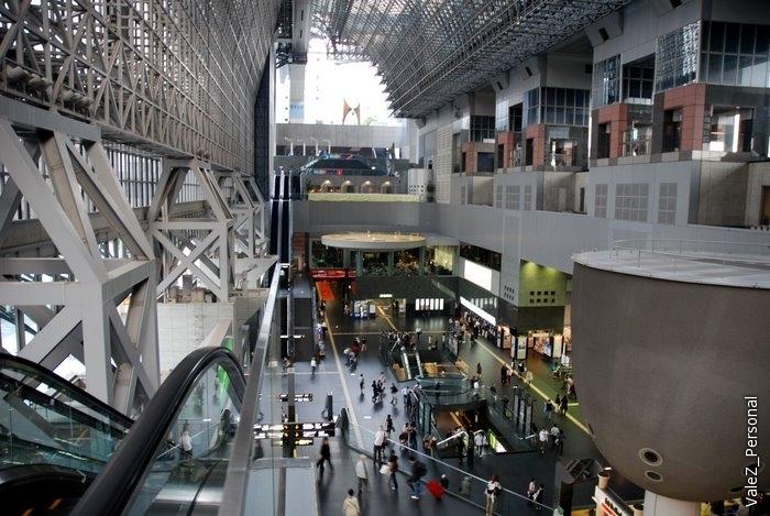 В вокзале 10 этажей, посадка на поезда только с первого. На остальных - торговый центр, кинотеатр, гостиница, бизнес-центр и так далее.