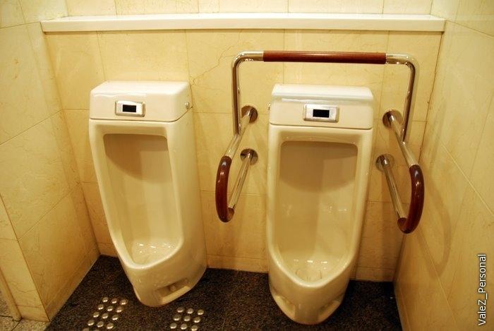 Раз уж туалетная тема прослеживается в предыдущих сериях -вот писсуар для инвалидов