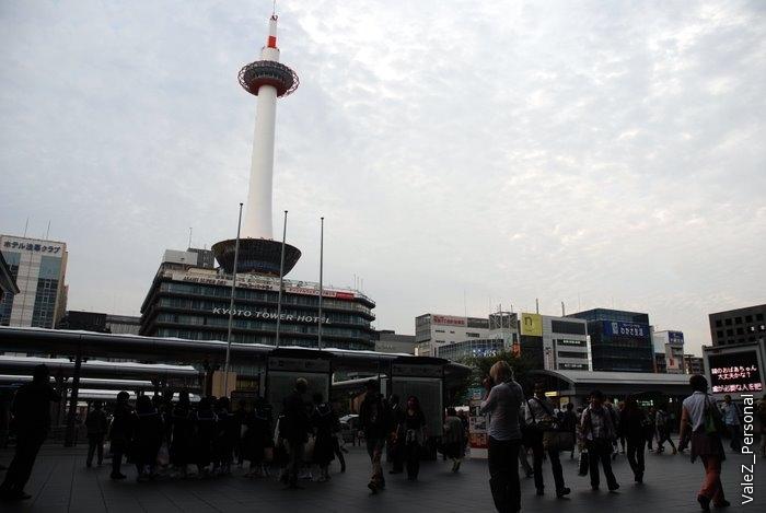 Вид от здания вокзала на отель