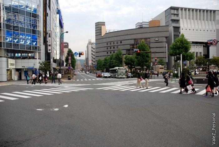 Пешеходные переходы на перекрестках не только как у нас - через улицу, но и по диагонали