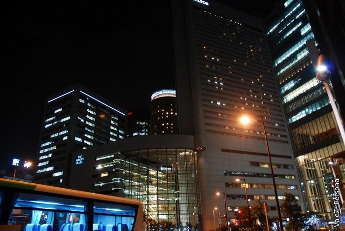 Даже наш автобус стал светиться современным голубым свечением, выходим, идем через центр Осаки к Умэда Скай билдинг