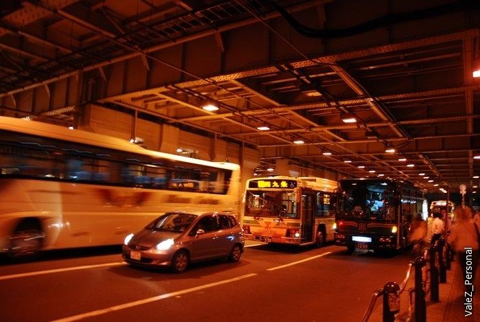Под автострадой, наконец знакомые многополосные дороги